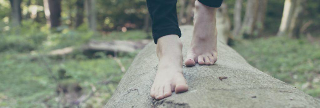 bara-fötter-i-skogen